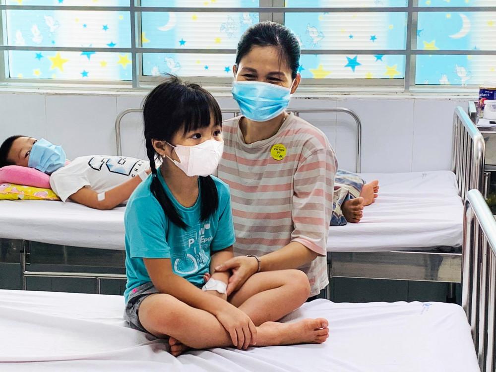Bệnh nhi sốt xuất huyết điều trị tại Bệnh viện Nhi Trung ương