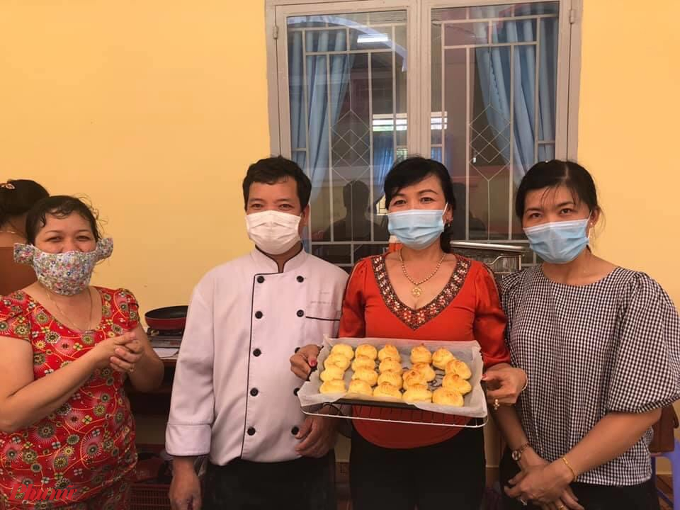 Các chị hoàn thành phần thực hành làm bánh su kem