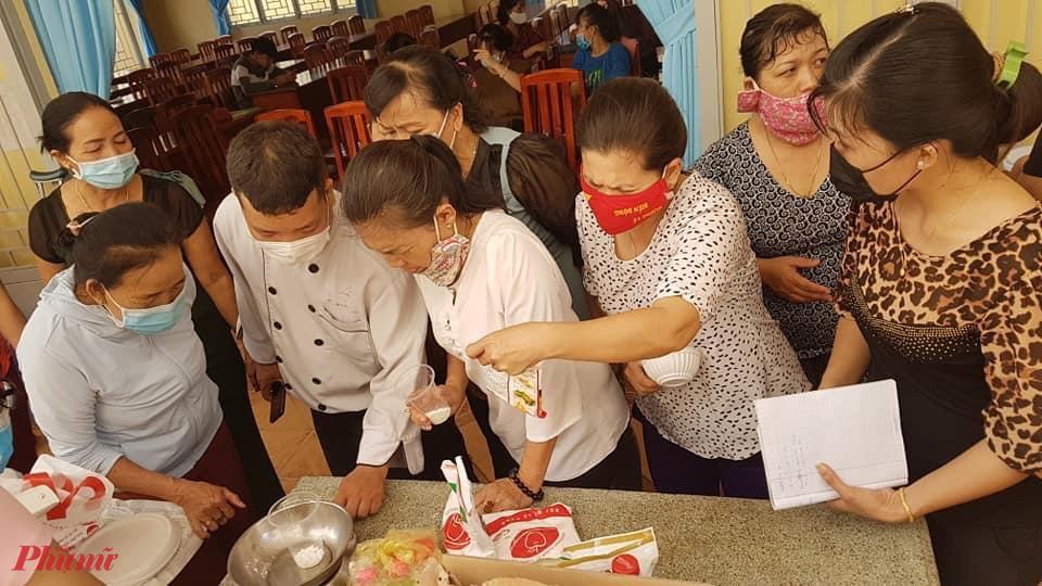 Các chị được giảng viên hướng dẫn kỹ thuật làm bánh thơm, ngon