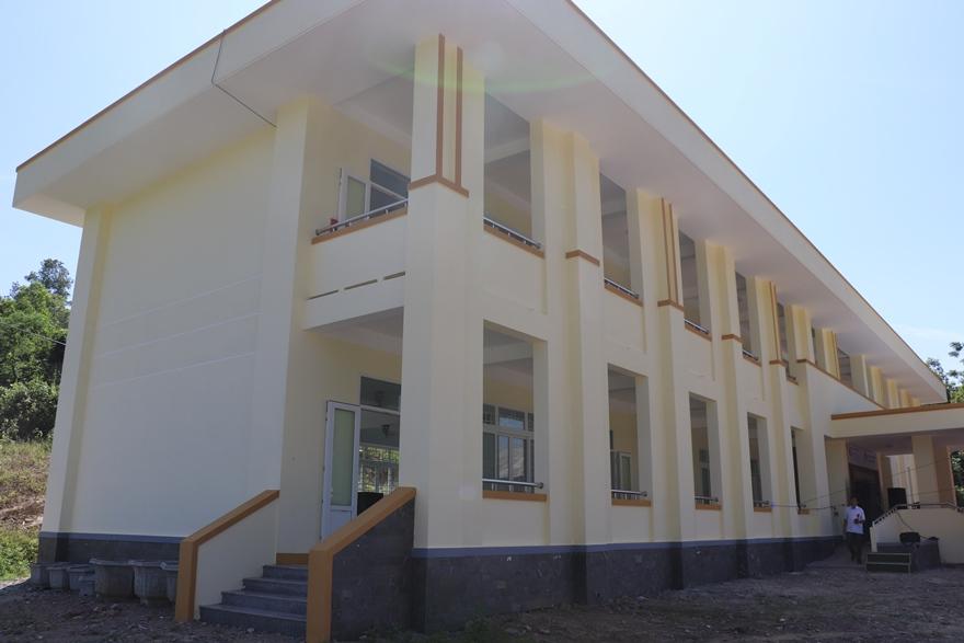 Dãy nhà 2 tầng gồm 6 phòng học và 2 phòng thiết bị