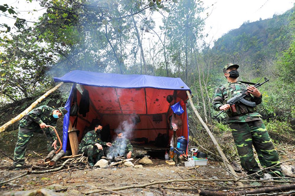 Nhiếp ảnh gia Nguyễn Á lặn lội đến nhiều nơi trên đất nước để ghi lại mọi khoảnh khắc sinh hoạt, lao động của người dân trong đại dịch. Hình ảnh trên được chụp tại một chốt kiểm soát của các đồng chí đồn Biên phòng Tả Gia Khâu trong một khu rừng sâu giáp biên giới Trung Quốc, vào chiều ngày 9/2/2020.