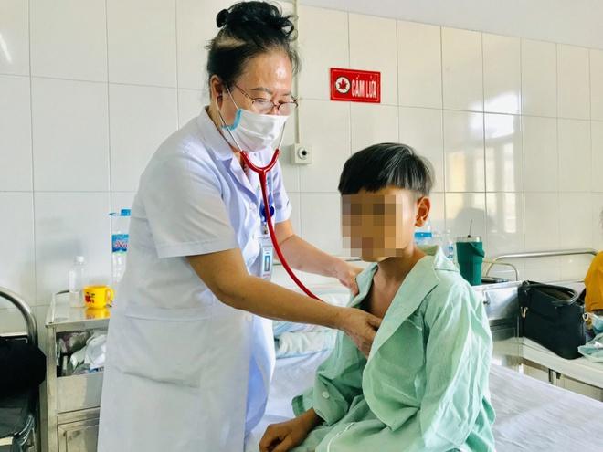 Thấy bé T. bị đau đầu, mệt mỏi, nôn, đêm ngủ mơ, gia đình mời thầy cúng về chữa. Sự việc khiến bé T. nhiễm trùng tiêu hóa, suy thận cấp.