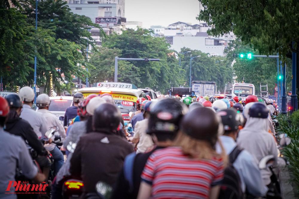 Vào giờ cao điểm, các đoạn có rào chắn thường xuyên kẹt nặng, khiến giao thông di chuyển vô cùng khó khăn