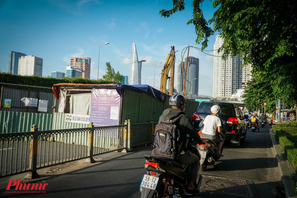 Điểm thi công đã chiếm toàn bộ đường dành cho xe ô tô và dồn tất cả xe vào làn xe máy