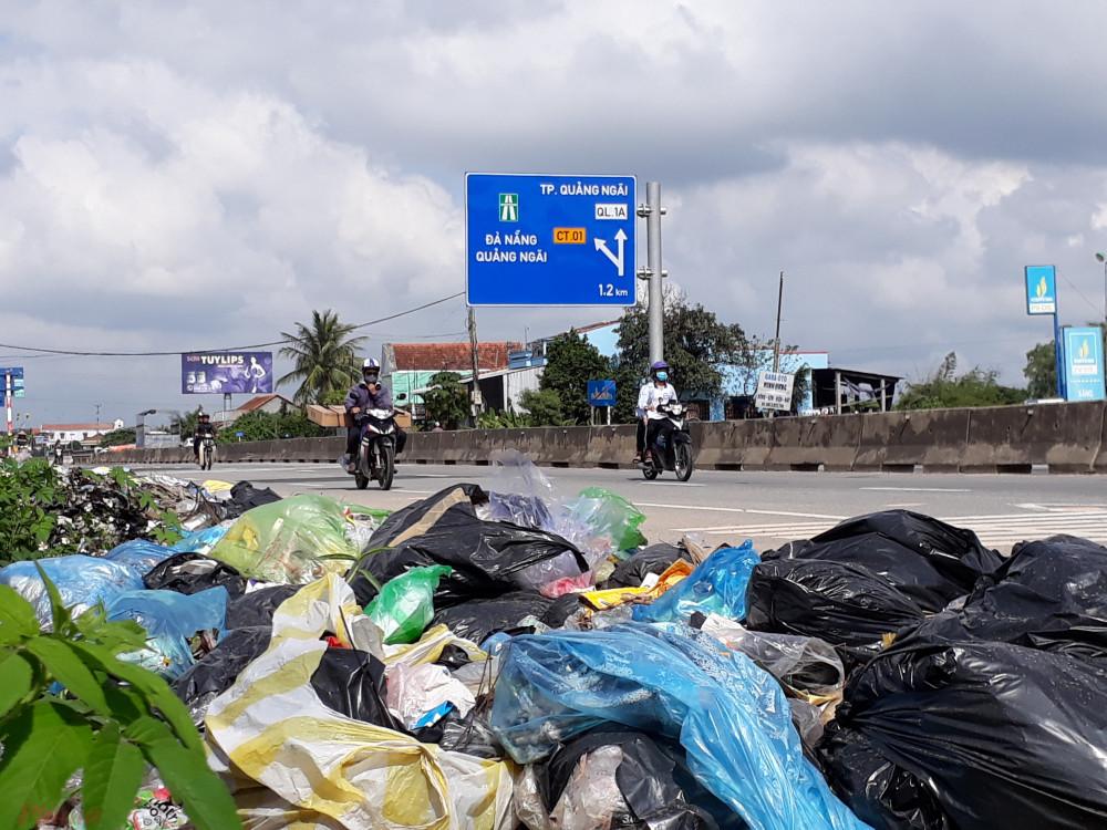 Sau các cuộc phản đối của người dân vào năm 2018, tỉnh Quảng Ngãi rơi vào cuộc khủng hoảng rác thải khi không đủ nhà máy xử lý, cảnh rác bị vứt tràn lan khắp đường quốc lộ thế này không hiếm gặp