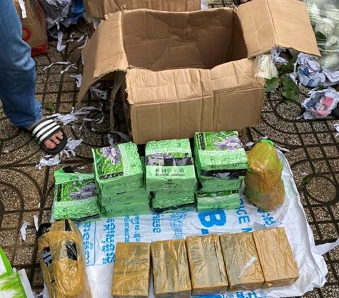 Ma túy được ngụy trang trong các thùng các-tông đựng trái cây.