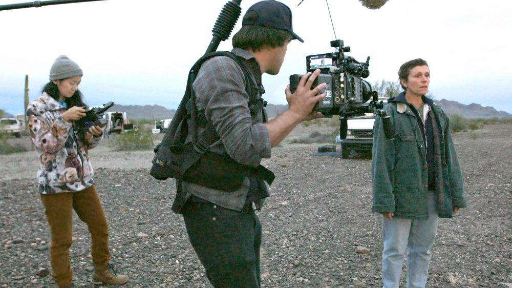 Đạo diễn Mỹ gốc Hoa ChloéZhao đang chỉ đạo Frances McDormand trên phim trường Nomadland