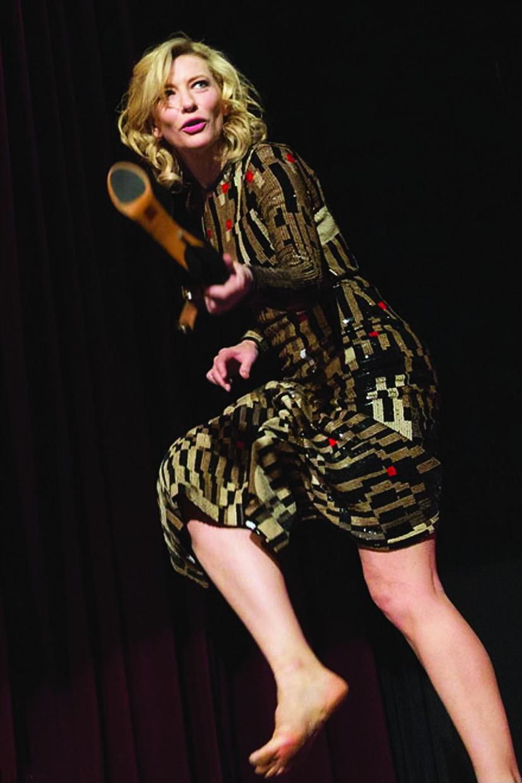 Hình ảnh tháo giày, đi chân không lên bục để phát biểu là cách Cate Blanchett lên tiếng về nữ quyền
