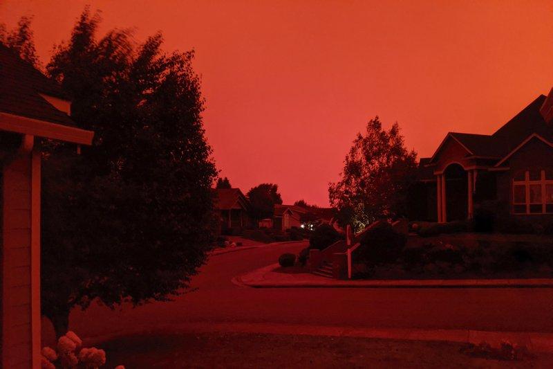 Cháy rừng đang tiến đến một khu dân cư ở tiểu bang Oregon - Ảnh: AP