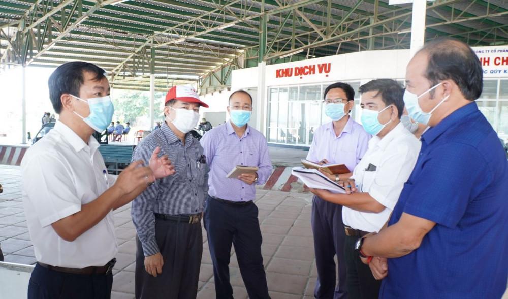 Ông Nguyễn Văn Phương- phó chủ tịch UBND tỉnh Thừa Thiên - Huế kiểm tra công tác phòng chống dịch COVID-19 tại chốt kiểm tra y tế ở thị trấn Lăng Cô