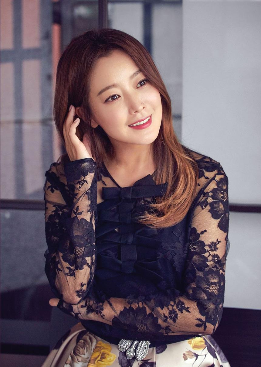 Kim Hee-Sun duy trì sắc vóc thon thả nhờ chế độ ăn kiêng với nước mật ong.