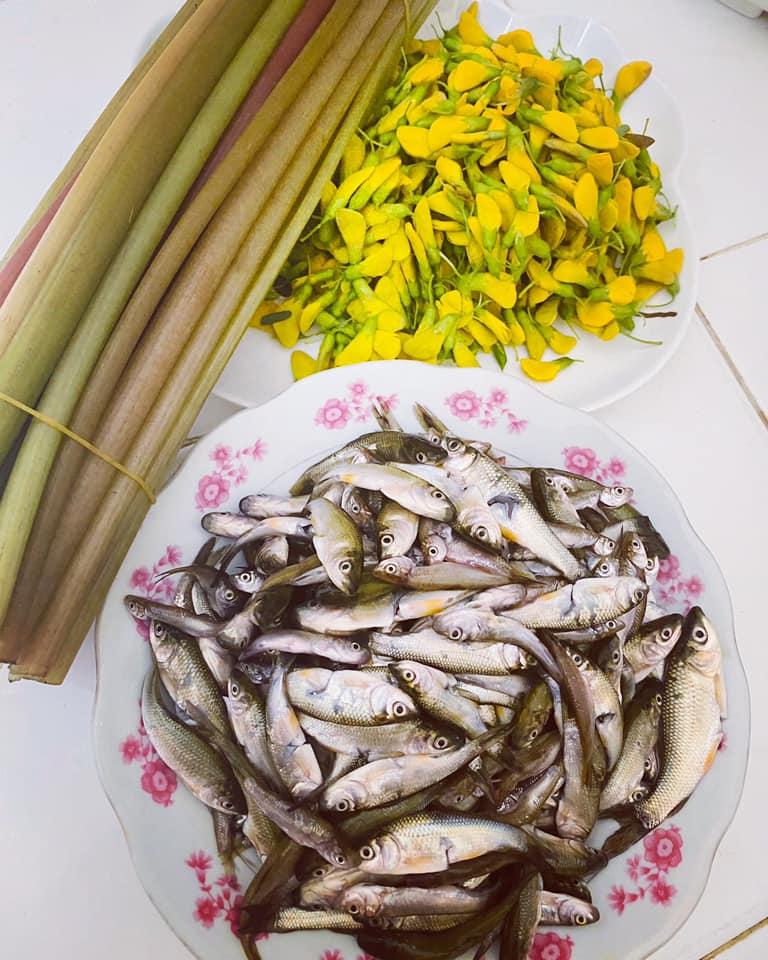 Các món nước của cá linh thường được ăn kèm với bông điên điển và bông súng