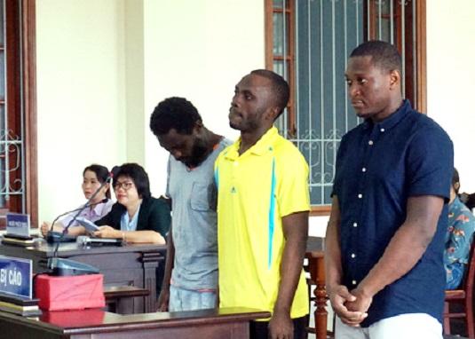 Một nhóm người nước ngoài chuyên lừa phụ nữ bằng chiêu trò trai tây gửi quà bị đưa ra xét xử.