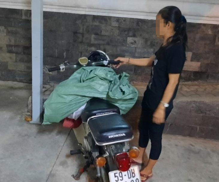 Bà L. bị bắt quả tang khi 'đổ trộm bao rác.