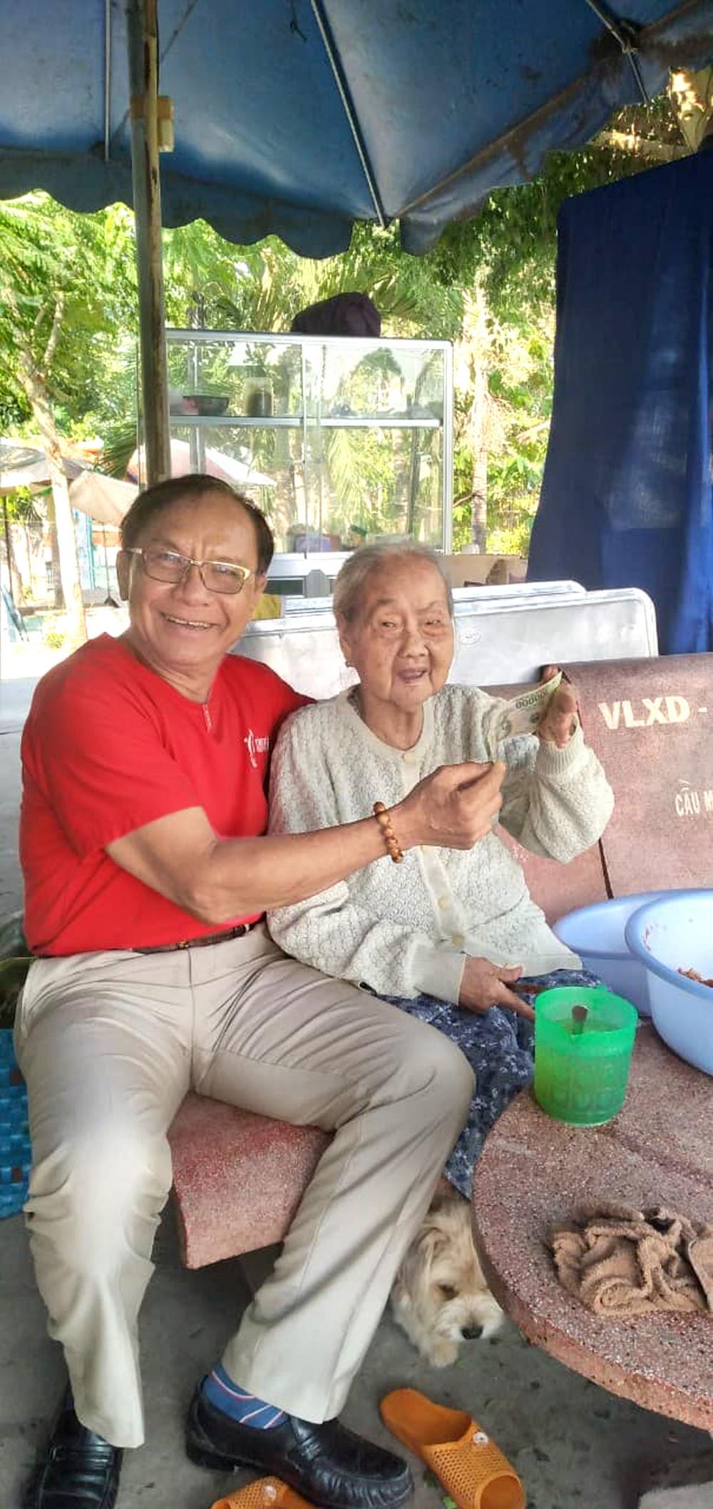 Bà Huỳnh Thị Năm cười vui khi được con rể cho tiền, bà thích có đồng ra đồng vào để đếm mỗi ngày