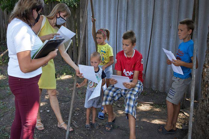 Nhân viên xã hội là những người làm việc với những đối tượng thiệt thòi, dễ bị tổn thương như trẻ em lang thang, người già - Ảnh: UNICEF/Pavel Zmey