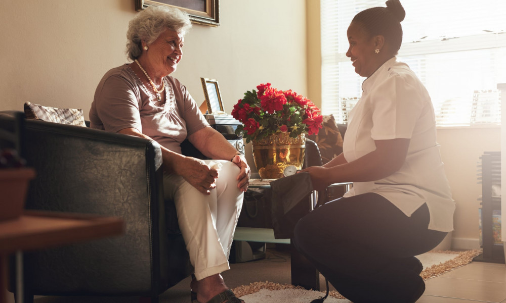 Nhân viên xã hội chăm sóc người già thường phải đóng nhiều vai trò cùng một lúc - Ảnh: The Guardian