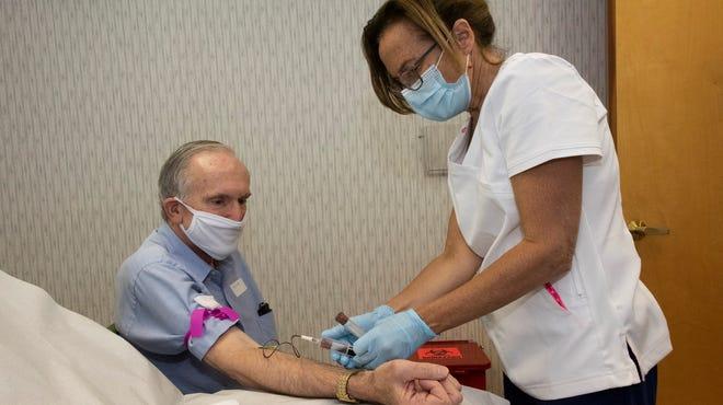 Nỗi lo sợ lớn nhất của những nhân viên chăm sóc xã hội là nguy cơ bị lây nhiễm COVID-19 do đặc thù nghề nghiệp - Ảnh: USA Today