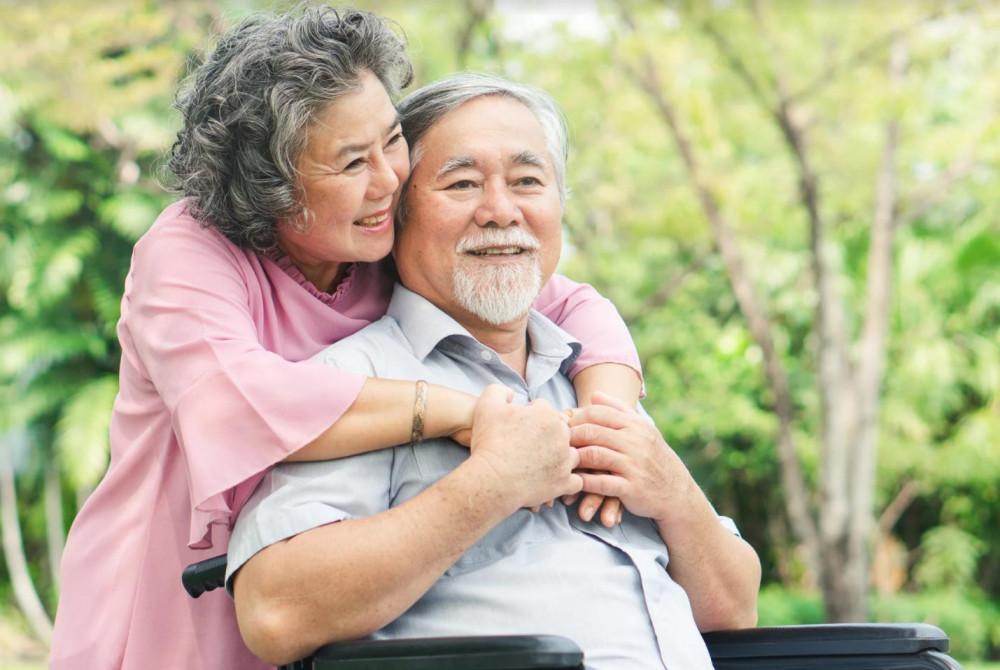 Chăm lo sức khoẻ và chủ động tài chính khi đối mặt tuổi già sẽ thấy an tâm hơn khi phụ thuộc vào con cái. Ảnh minh hoạ