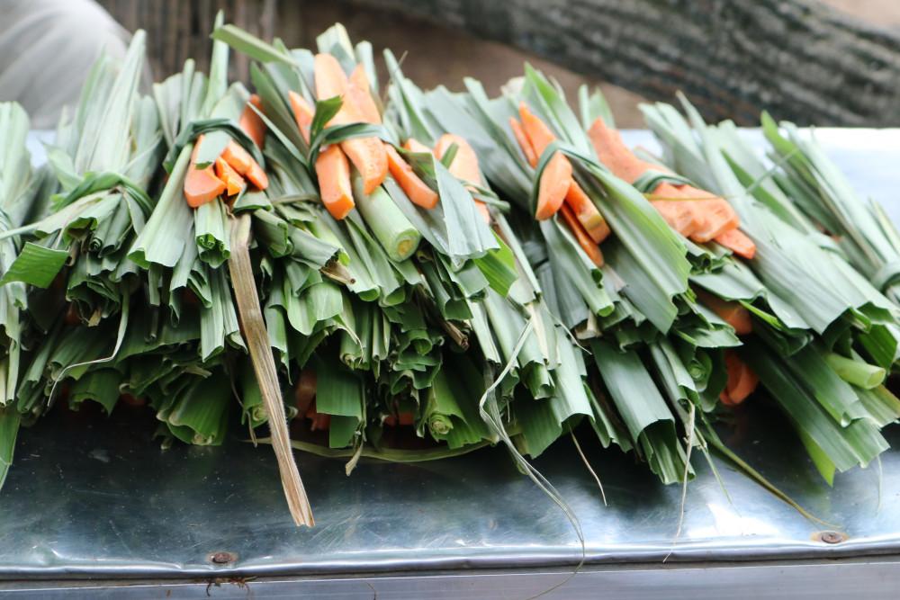 Cà rốt và lá cây được cắt sẵn, 5.000đ/phần để khách mua cho hươu ăn