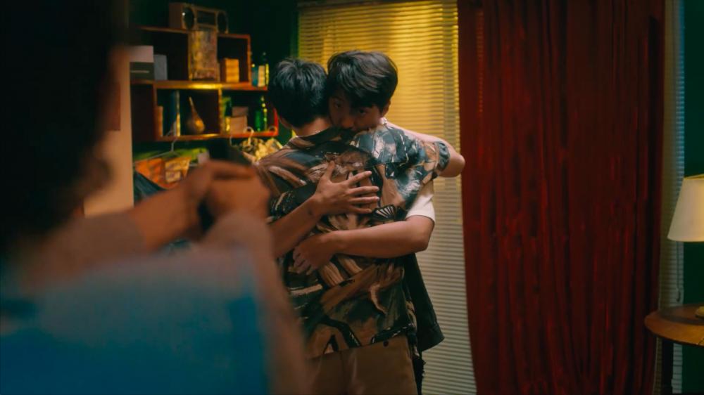 Cảnh nhân vật nữ dùng súng bắn một nhân vật khác trong MV của Noo Phước Thịnh