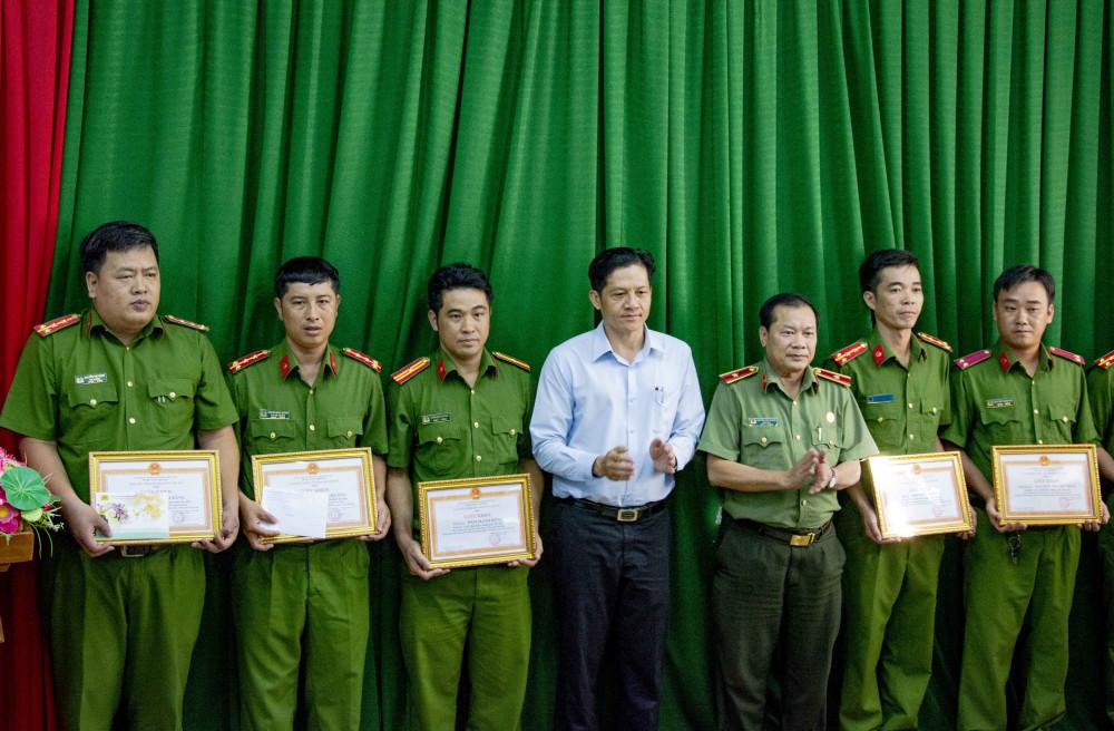 Thiếu tướng Nguyễn Văn Thuận, Giám đốc công an TP Cần Thơ và ông Huỳnh Trung Trứ, Chủ tịch UBND quận Ninh Kiều trao Giấy khen của Giám đốc công an TP Cần Thơ cho 6 cá nhân ban chuyên án.