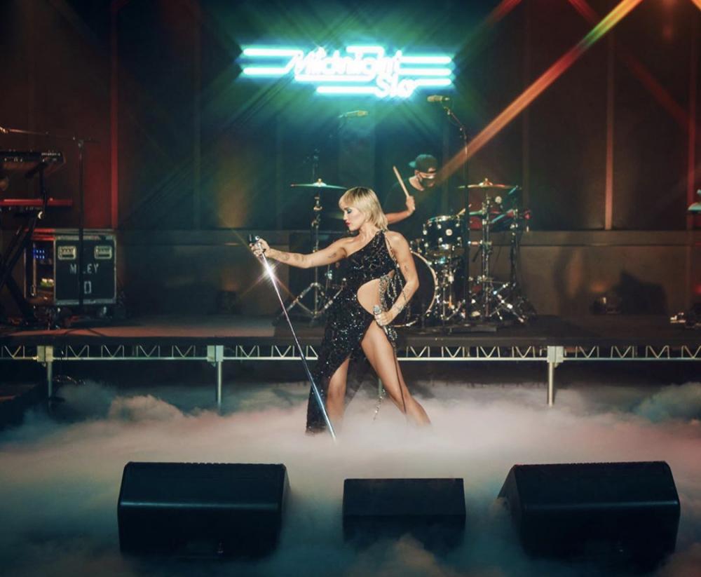 Ngay từ khi ra mắt cách đây ba tuần, MV Midnight Sky – đĩa đơn nằm trong album phòng thu thứ bảy của Miley Cyrus nhanh chóng nhận được sự ái mộ từ truyền thông và người hâm mộ quốc tế. Không lâu sau đó, trong giai đoạn quảng bá Midnight Sky, nữ ngôi sao đã có màn xuất hiện ấn tượng trong chương trình The Tonight Show của Jimmy Fallon trong một mẫu đầm táo bạo của người anh cả làng mốt Việt Nam.