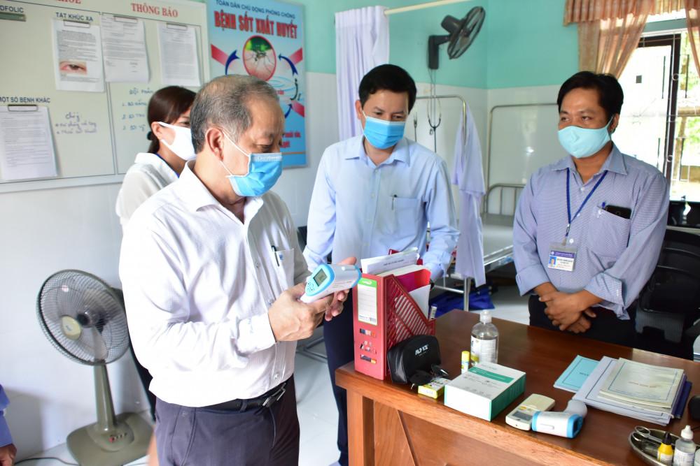 Ông Phan Ngọc Thọ - Chủ tịch UBND tỉnh Thừa Thiên- Huế nhắc nhở các trường phải kiểm tra thân nhiệt học sinh, cũng như hướng dẫn rửa tay khử khuẩn đúng quy trình 5 bước