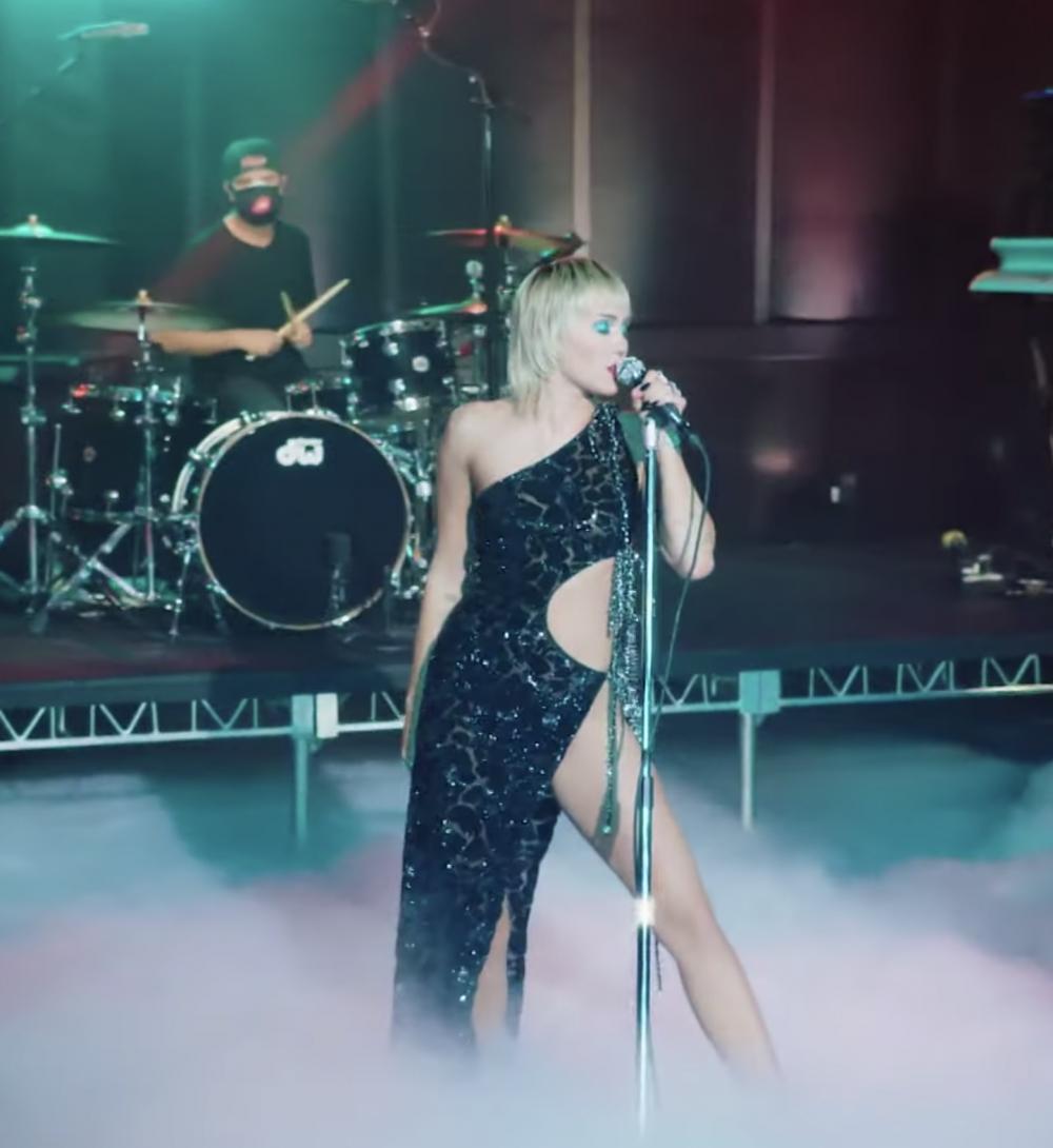 Điểm đặc sắc của sáng tạo còn nằm ở các chi tiết cut-out táo bạo, giúp khoe trọn bộ đường cong gợi cảm của nữ ca sĩ người Mỹ. Công Trí tôn vinh toàn bộ phần cầu vai gợi cảm, khuôn eo mềm mại và vòng hông khoẻ khoắn của Miley Cyrus một cách tinh tế, không phô trương nhưng vẫn rất ấn tượng. Phom dáng bất cân xứng của mẫu thiết kế mang đến một cảm quan thú vị và khác biệt.