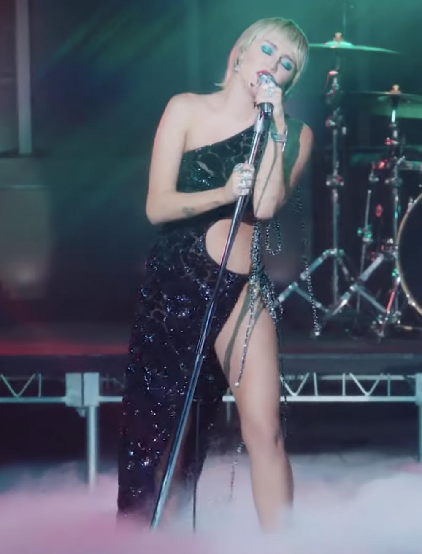 """Điểm nhấn cuối cùng là những chuỗi dây buộc được đính hạt cườm chạy dọc theo đường viền áo, tạo độ bắt mắt và sáng sân khấu cho mẫu thiết kế. Chiếc đầm đã giúp Miley Cyrus phô diễn """"trọn vẹn sự mạnh mẽ ấn tượng cùng tinh thần nữ quyền"""" - Công Trí miêu tả về hình tượng của nữ ca sĩ trẻ đình đám, ngay trên sân khấu nức tiếng The Tonight Show của Jimmy Fallon."""