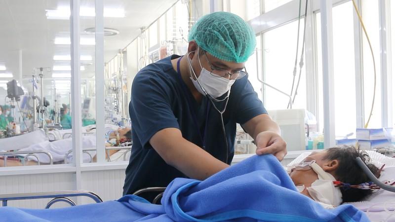 Các bác sĩ Bệnh viện Chợ Rẫy đang cứu cho anh Tâm. Ảnh: BVCC