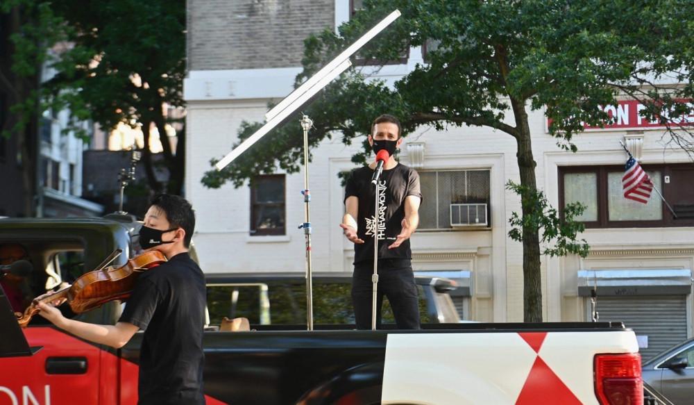 Ca sĩ opera kiêm NSX Anthony Roth Costanzo biểu diễn trên thùng xe bán tải ở một góc phố