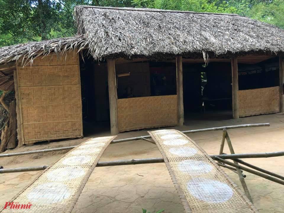 Một nếp nhà xưa, với những sào phơi bánh tráng, nhìn là biết ở Củ Chi, bởi nơi đây nổi tiếng có làng nghề truyền thống bánh tráng.