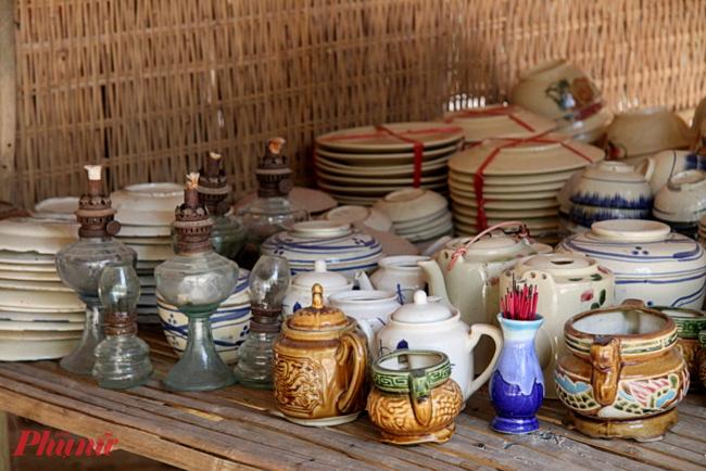 Những vật dụng quen thuộc giờ rất hiếm gặp: đèn  dầu, hũ, chén, bình trà, lư hương… từng được nhiều gia đình sử dụng trong thế kỷ trước.