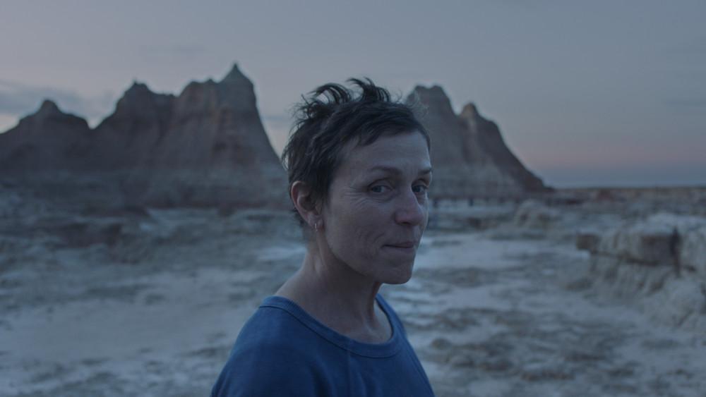 Nữ diễn viên kỳ cựu từng hai lần đoạt Oscar Frances McDormand trong bộ phim Nomadland tranh giải Sư tử vàng.
