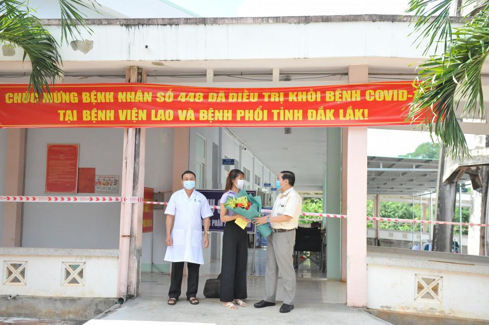 Bệnh viện trao giấy ra viện cho BN 448