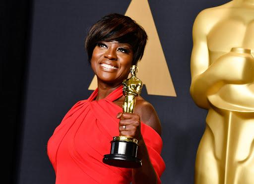 Viola Davis từng phải chịu những ánh nhìn dè bĩu, đối xử bất công trong quá trình làm nghề tại Hollywood chỉ vì màu da. Năm 2017, cô nhận giải Nữ diễn viên phụ xuất sắc sau nhiều năm cống hiến cho điện ảnh.