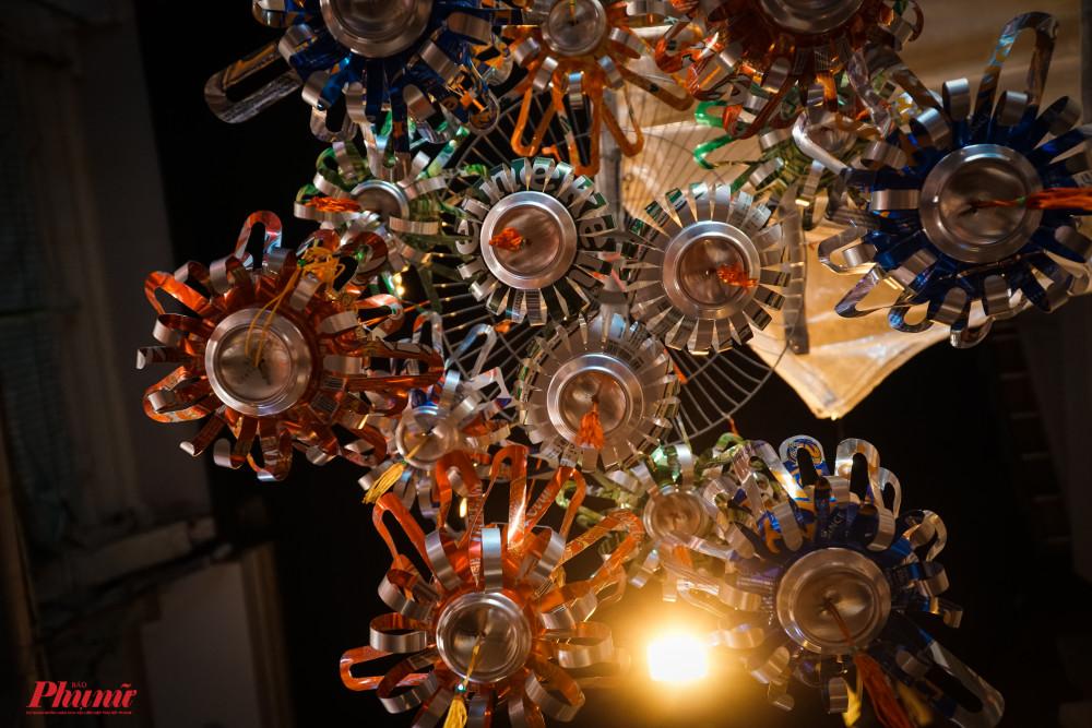 Kiểu lồng đèn được làm từ lon bia, gợi nhớ hình ảnh xưa của các thê hệ 8X