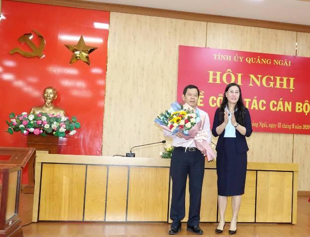 Ủy viên dự khuyết Trung ương Đảng, Bí thư Tỉnh ủy, Chủ tịch HĐND tỉnh Bùi Thị Quỳnh Vân tặng hoa chúc mừng ông Đặng Văn Minh