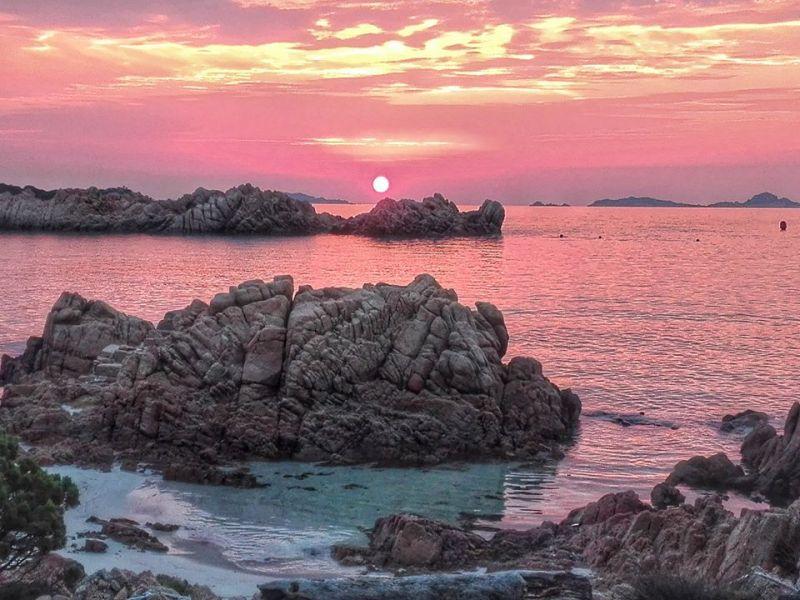Khoảnh khắc hoàng hôn trên đảo Budelli, Italia - Ảnh: Mauro Morandi