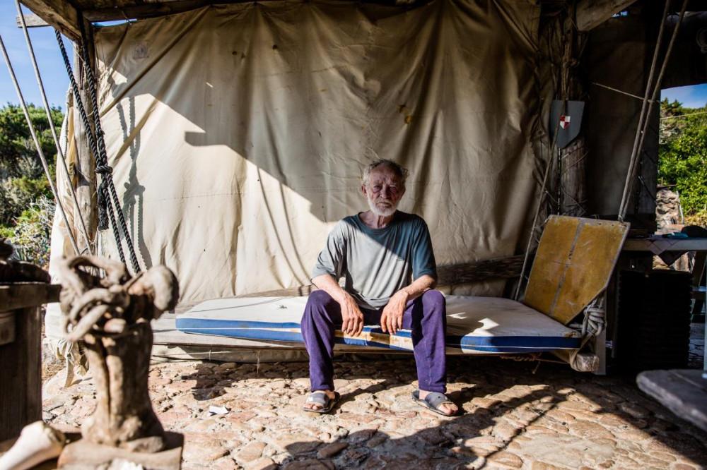 úp lều mà ông xem là nhà sẽ bị phá bỏ nếu chính quyền địa phương tiến hành cưỡng chế - Ảnh: Simon Riesche/FAZ