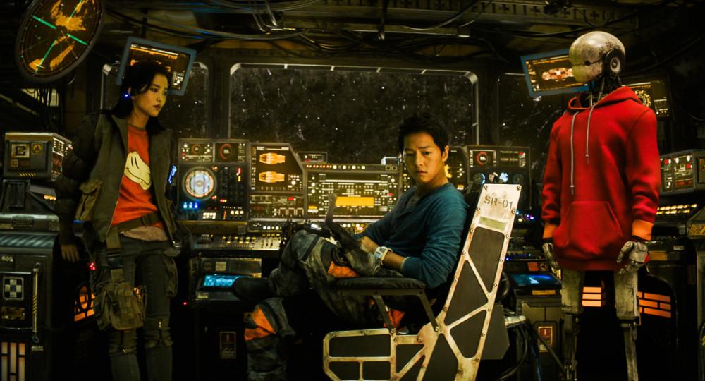 """""""Space Sweepers"""", với sự tham gia của Song Joong-ki và Kim Tae-ri và được coi là bom tấn vũ trụ gốc đầu tiên của Hàn Quốc,"""