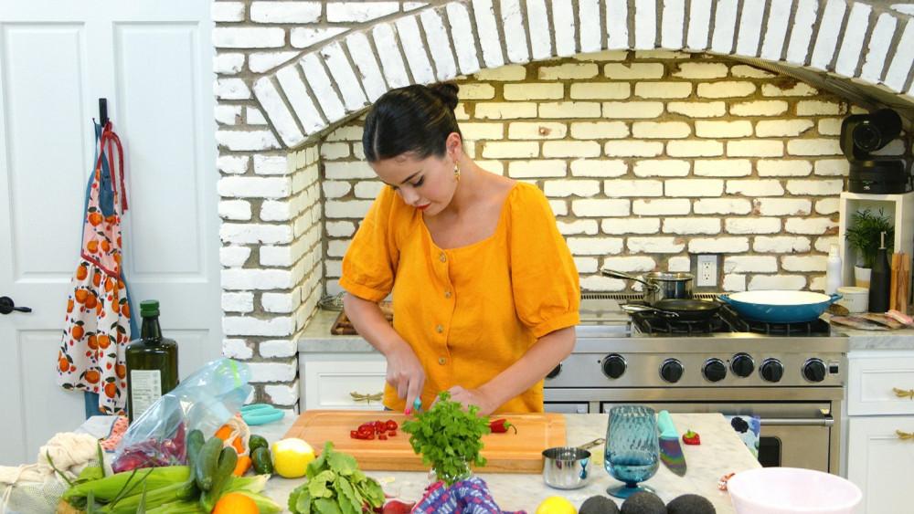 Selena Gomez hướng dẫn nấu ăn tại nhà trong mùa dịch COVID-19.