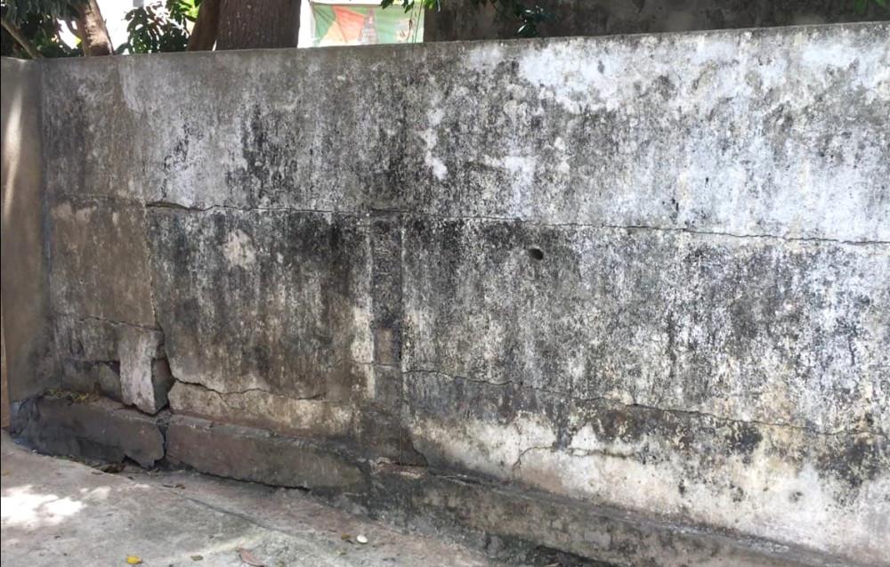 Đoạn tường ở phía trong trường cũng xuất hiện những vết nứt chạy dài