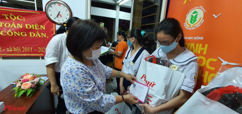 Bà Tạ Thị Nam Hồng – Phó Tổng biên tập Báo tặng học bổng và động viên các em cố gắng học tập