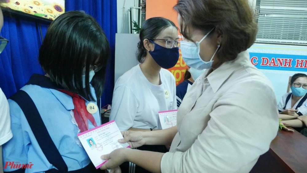 Bà Đoàn Thị Cẩm Tú - Chủ tịch Hội LHPN quận 3 tặng học bổng cho các em