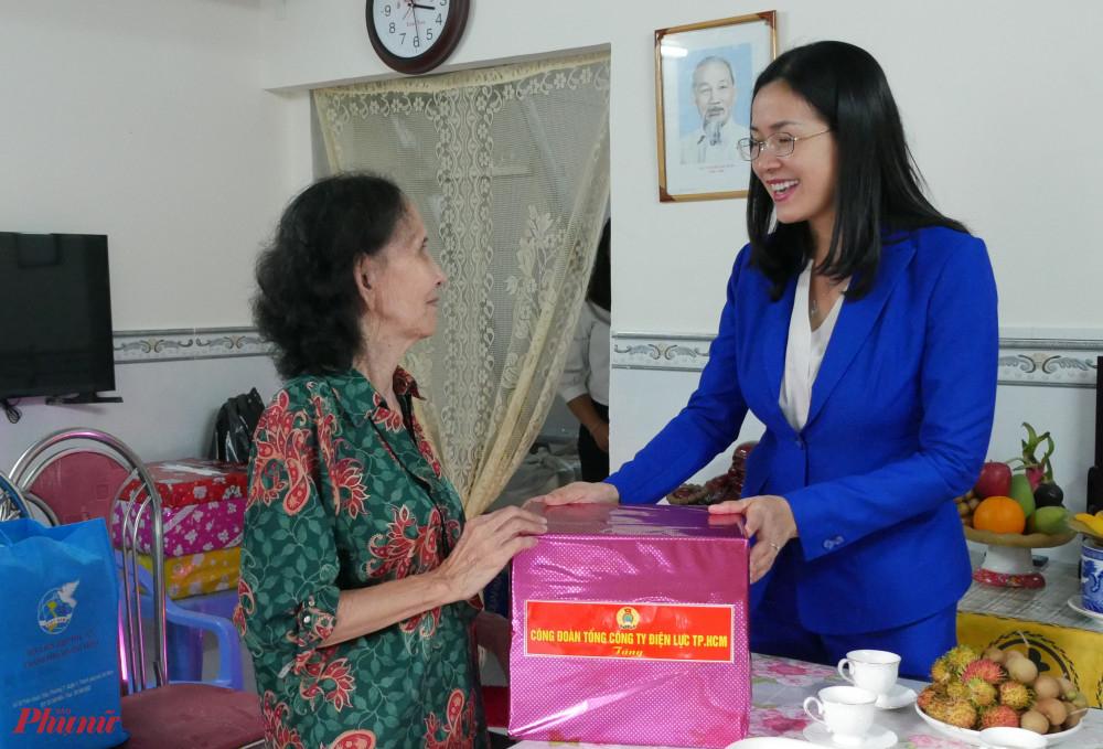 Đại diện đơn vị tài trợ tặng quà chúc mừng bà Nhị có căn nhà mới