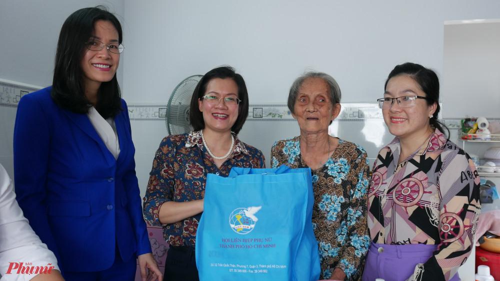Hội LHPN TPHCM tặng quà chú mừng các dì nhận nhà mới