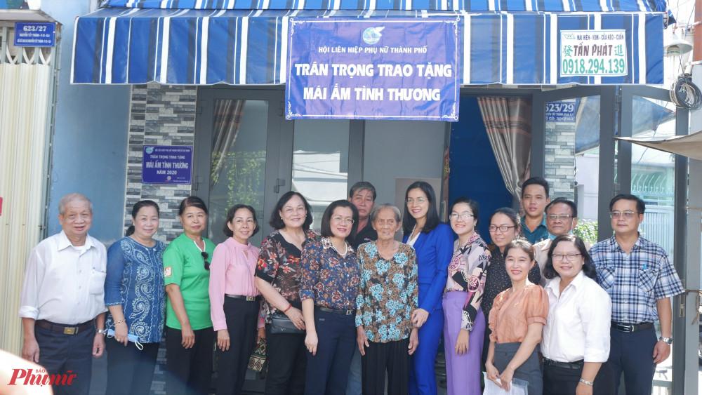 Hội LHPN TPHCM tra tặng Mái ấm tình thương cho bà Kim, phường 18, quận 4.