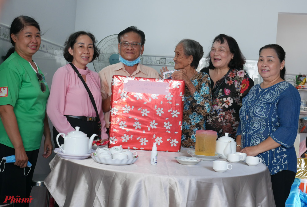Địa phương tặng quà chúc mừng bà Kim trong ngày nhận nhà mới